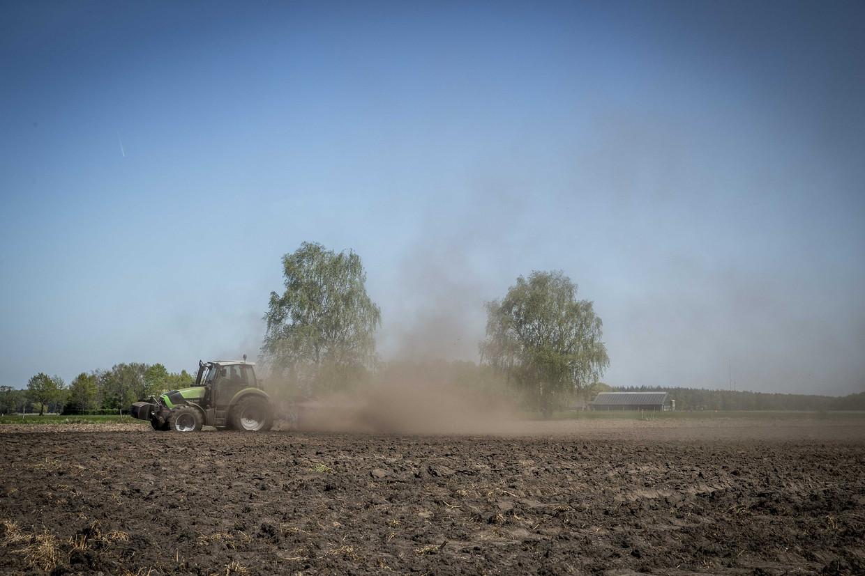 Stofwolken bij het ploegen van een droge akker in april 2020,  in de Sallandse Heuvelrug.