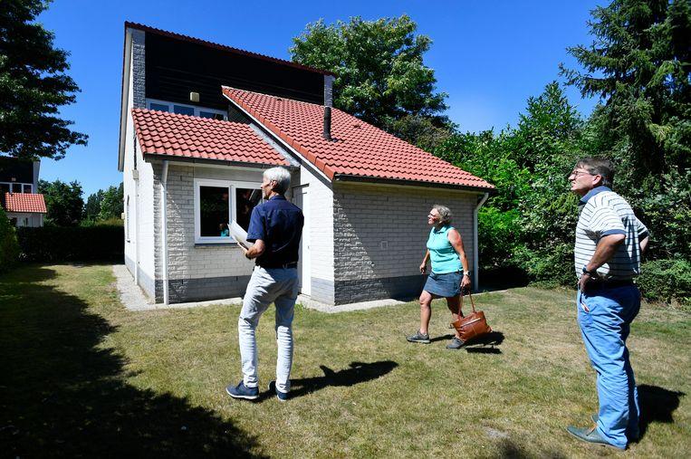 Potentiële kopers tijdens een bezichtiging van een vakantiehuisje. Door de coronacrisis stijgt de verkoop van Nederlandse vakantiehuizen, onder meer omdat minder vakantiegangers naar het buitenland reizen.  Beeld Hollandse Hoogte /  ANP