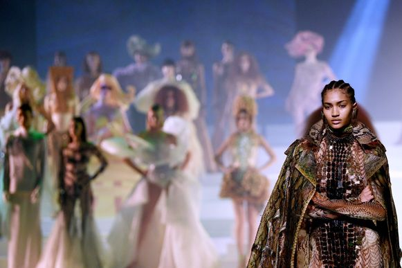 Een van de vele looks uit de lente 2020 couture show.