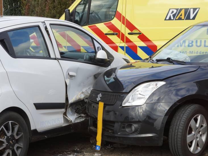 Twee auto's flink in de kreukels bij botsing in Waspik