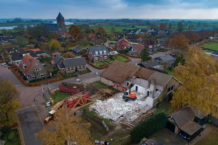 De sloop van het oude dorpshuis in Zalk is begonnen. Op deze plek worden vijf woningen gebouwd.