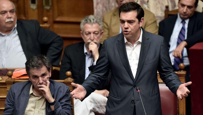 Alex Tsipras spreekt het parlement toe tijdens de stemming over het reddingsplan.