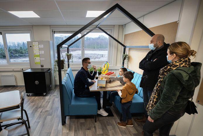 Ouders en kinderen bezoeken de nieuwe school in wijk Huysackers in Veldhoven.