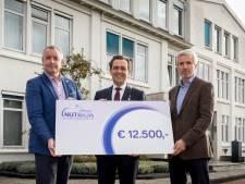 Nutricia viert 125-jarig jubileum met cheque voor speeltuin: 'Symbool voor een belangrijk doel'