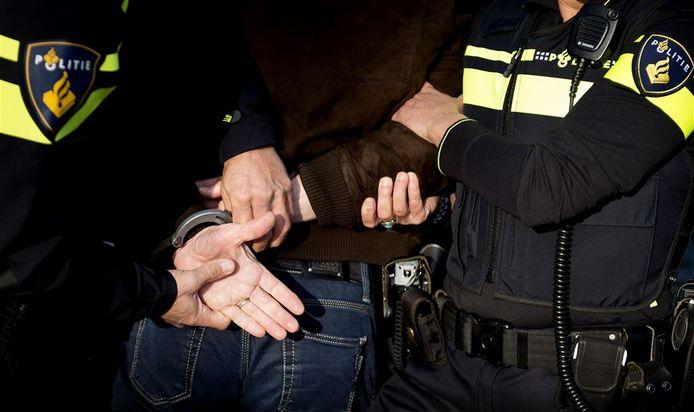 De Hardinxvelder werd na een verkeersruzie met twee agenten in de regen tegen de grond gewerkt en meegenomen.