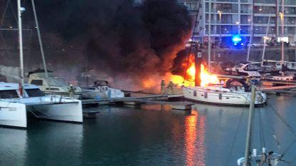 VIDEO. Enorme rookpluim nadat zeiljacht vuur vat in jachthaven Zeebrugge