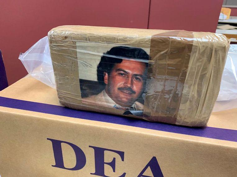 Een in beslag genomen hoeveelheid drugs, door de DEA, met de foto van Pablo Escobar.  Beeld AP