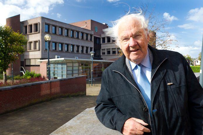 Theus Verweij (inmiddels overleden), destijds ontwerper van het raadhuis in Waddinxveen (in de achtergrond).