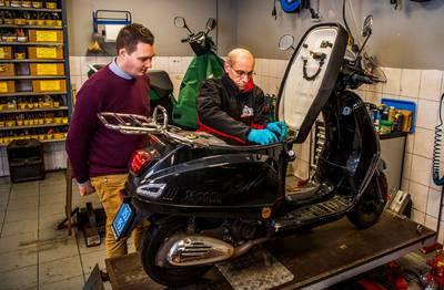 Drukte bij werkplaatsen vanwege slecht startende scooters: 'Tank niet met E10'