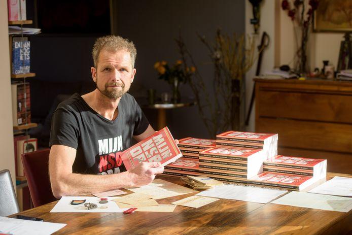 Paul Strack van Schijndel met het boek over zijn opa Karel. ,,Een norse, nare man.''
