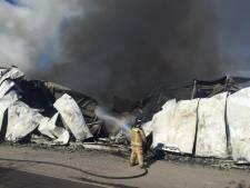 Opnieuw sterke geurhinder na zware brand: brandweer rijft smeulend puin open om opflakkering te voorkomen