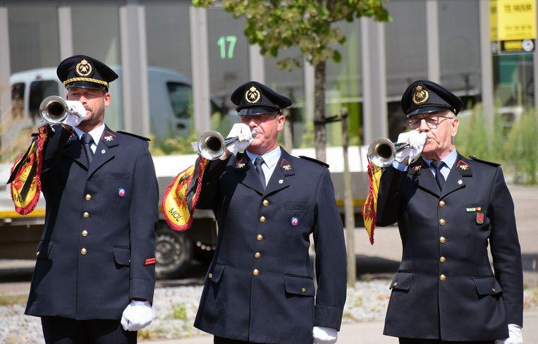 Het muziekkorps van de Molse brandweer blaast The Last Post.