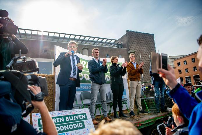 Gedeputeerde Peter Drenth spreekt de protesterende boeren voor het Arnhemse provinciehuis toe.