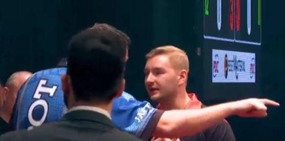 Van den Bergh heeft het even aan de stok met Adrian Lewis.