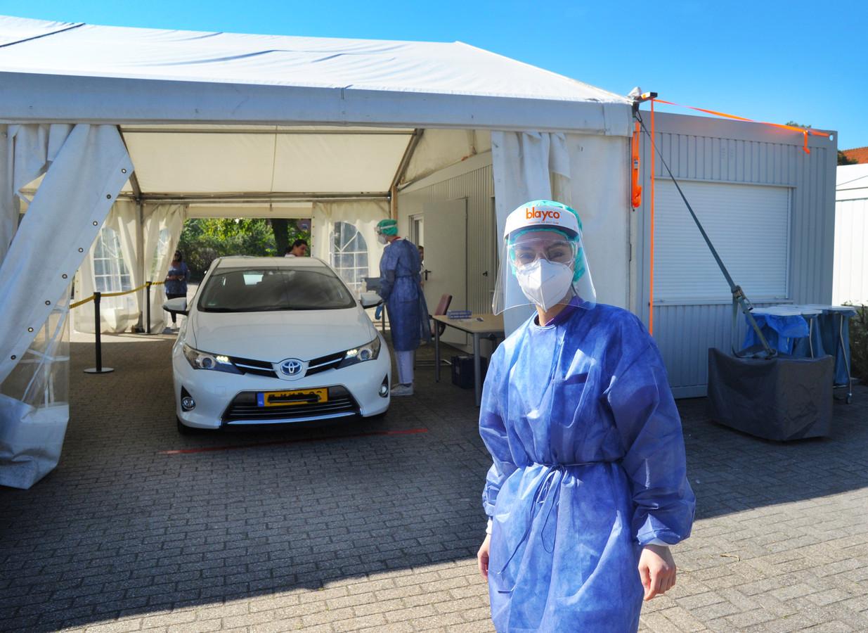 Verpleegkundige Vugce Ertem bij de maandag geopende Covid-teststraat in Vlissingen.
