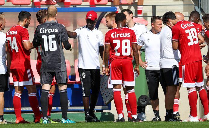 Coach Mbaye Leye geeft z'n instructies tijdens de voorbereiding.