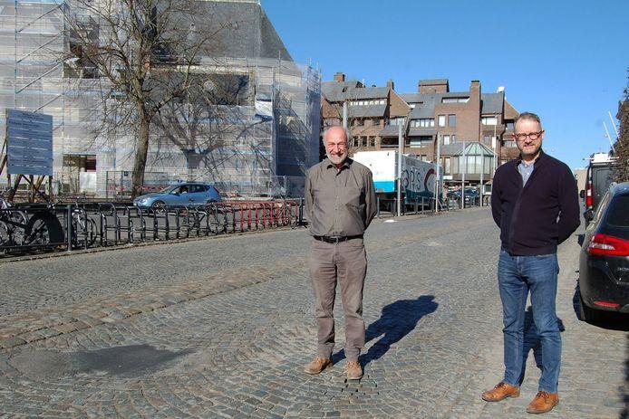 Schepen Dirk De Ketelaere en burgemeester Dimitri Van Laere zijn tevreden dat de kasseien eindelijk verdwijnen.