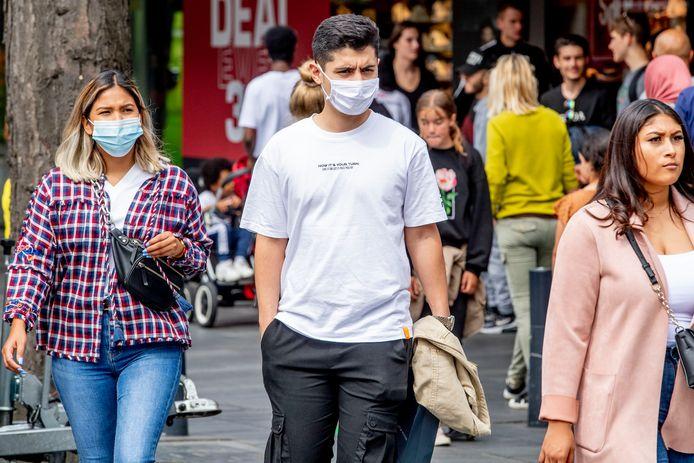 In Rotterdam moeten mensen vanaf vandaag tussen 06.00 en 22.00 uur een niet-medisch mondkapje dragen op locaties als de Coolsingel, de Lijnbaan en de overdekte winkelcentra Alexandrium en Zuidplein.