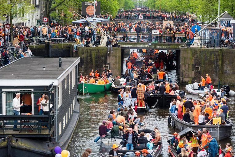 De Amsterdamse grachten liggen op Koningsdag vorig jaar vol met boten Beeld ANP