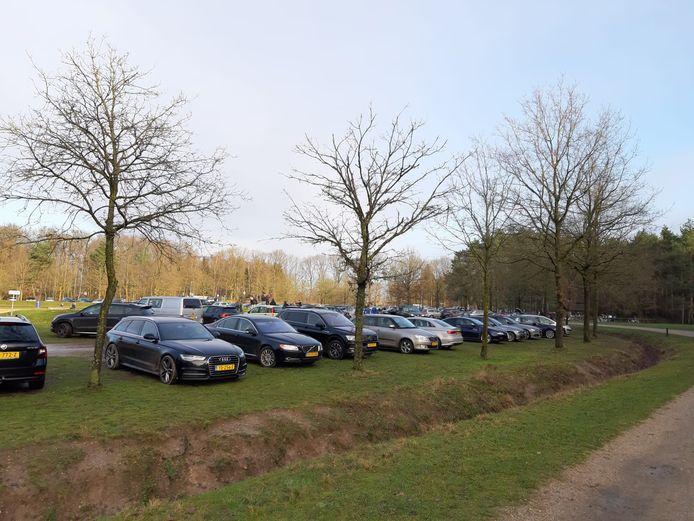 Drukte op de parkeerplaats bij Kwintelooijen in Rhenen.