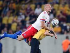 Speler HSV onderbreekt interview en vliegt Dresden-supporter aan na belediging
