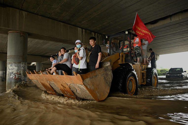 Inwoners van Zhengzhou worden geëvacueerd. Beeld AFP