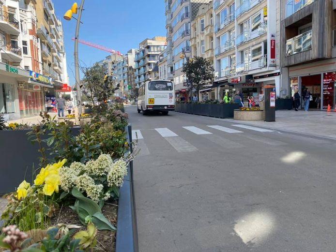 De terrassen staan opnieuw in de Zeelaan: voorlopig zonder tafels en stoelen, maar wel al met bloemen.
