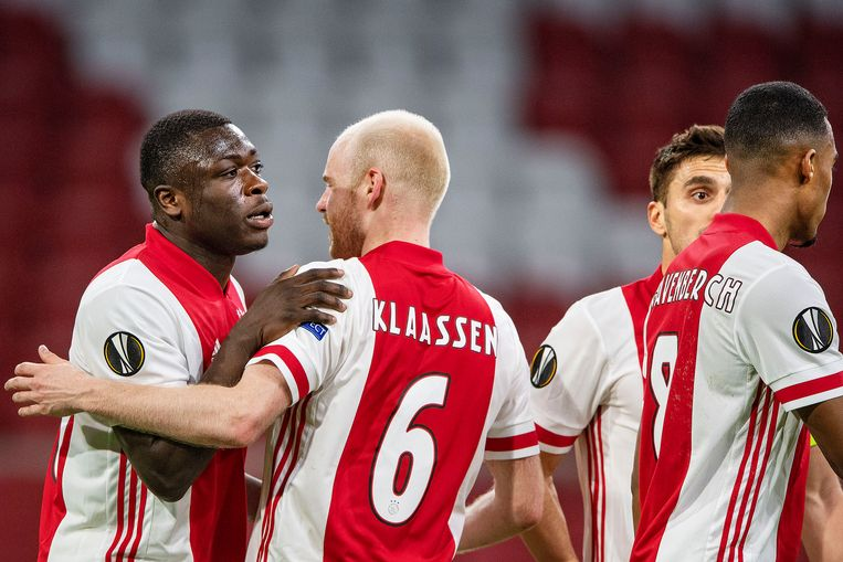 Davy Klaassen feliciteert Brian Brobbey met zijn doelpunt tegen het Zwitserse Young Boys in de achtste finale van de Europa League. Beeld Guus Dubbelman / de Volkskrant