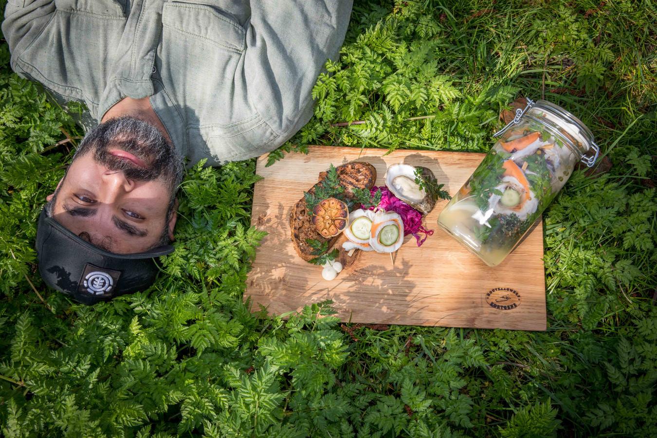 Kok Marc Vos slaat steil achterover van het resultaat: rolmops van wijting met rodekool slaw, gegrild brood en oestermayonaise.