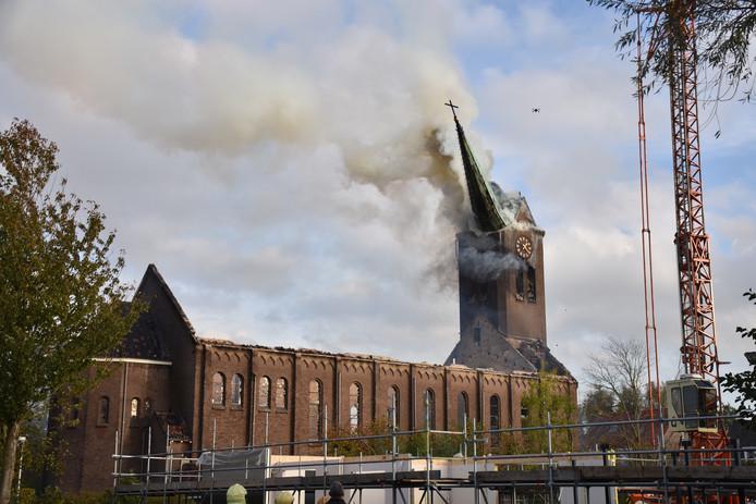 De spits van de kerktoren in Hoogmade stortte maandag na een verzengende brand in. De torenspits viel precies de goede kant op, zegt schooldirecteur Kees Hagenaars.