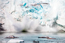 Een gletsjer in Groenland brokkelt af.
