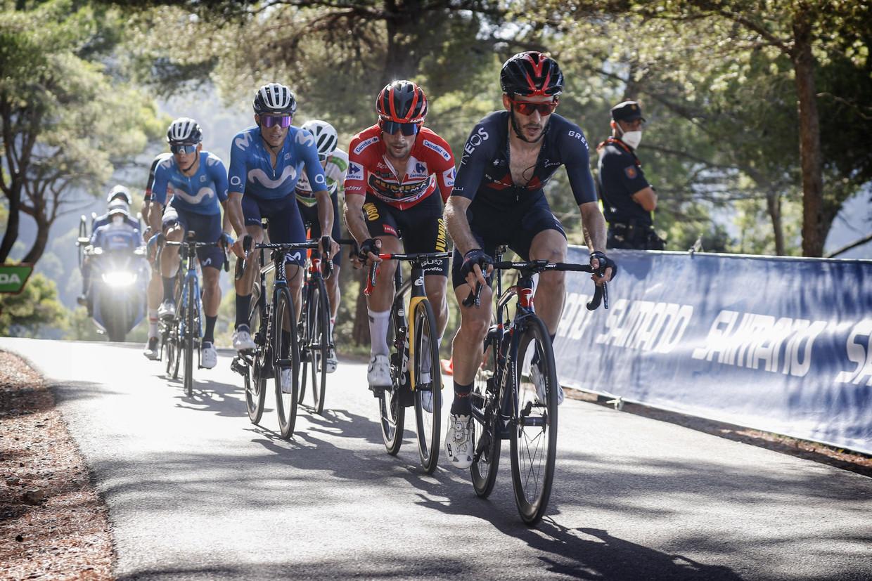 Adam Yates verhoogt het tempo in de favorietengroep op de slotklim naar Balcón de Alicante. Leider Primoz Roglic volgt gezwind. Beeld Photo News