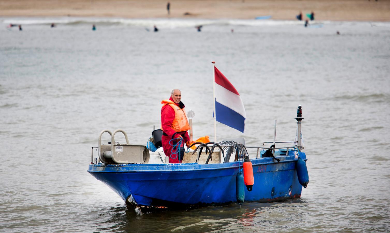 Een visser bezig met het uitzetten van staand want. Vissen met staand want zou een haalbare kaart kunnen zijn in de windparken voor de Zeeuwse kust, ware het niet dat de minister dat niet toe wil staan.