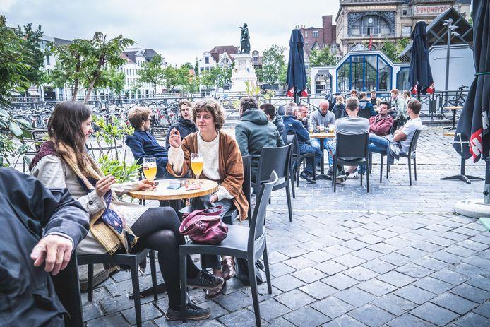 Op 8 juni vorig jaar mochten de terrassen opnieuw open, zoals hier op de Gentse Vrijdagmarkt.