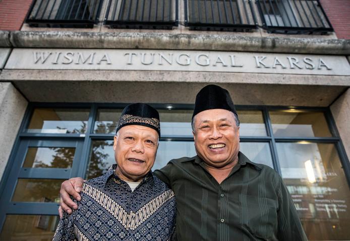 Bewoners Ronald (links) en Rudy voor de ingang van de jubilerende woongemeenschap Wisma Tunggal Karsa.