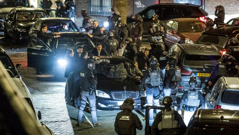 De auto van de Turkse minister van Familiezaken Fatma Kaya. Zij kwam, tegen de wil van de Nederlandse regering in, naar Rotterdam toe voor een bijeenkomst over een Turks referendum. Op de foto is een assistent van de Turkse minister Kaya te zien, de minister zelf is niet in beeld. Beeld Freek van den Bergh / de Volkskrant