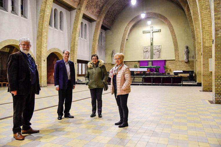 De leden van de Kerkraad in een lege Heilig Kruiskerk.