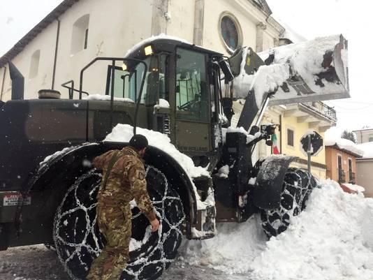 Een sneeuwploeg probeert bedolven wegen weer begaanbaar te maken