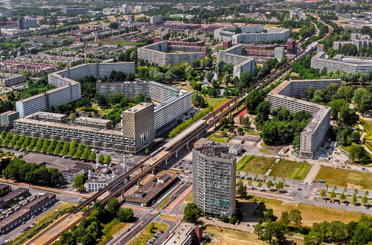 Luchtfoto van de honingraatflats bij metrostation Kraaiennest en Ganzenhoef in Zuidoost.  Beeld ANP