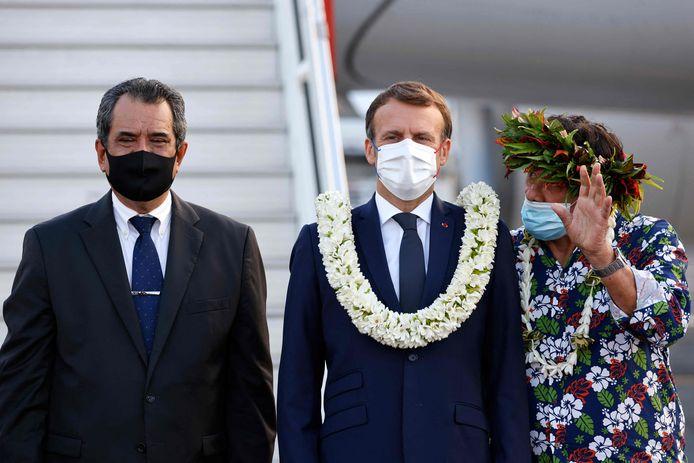 De president werd op de luchthaven ontvangen met bloemenkransen en dans.