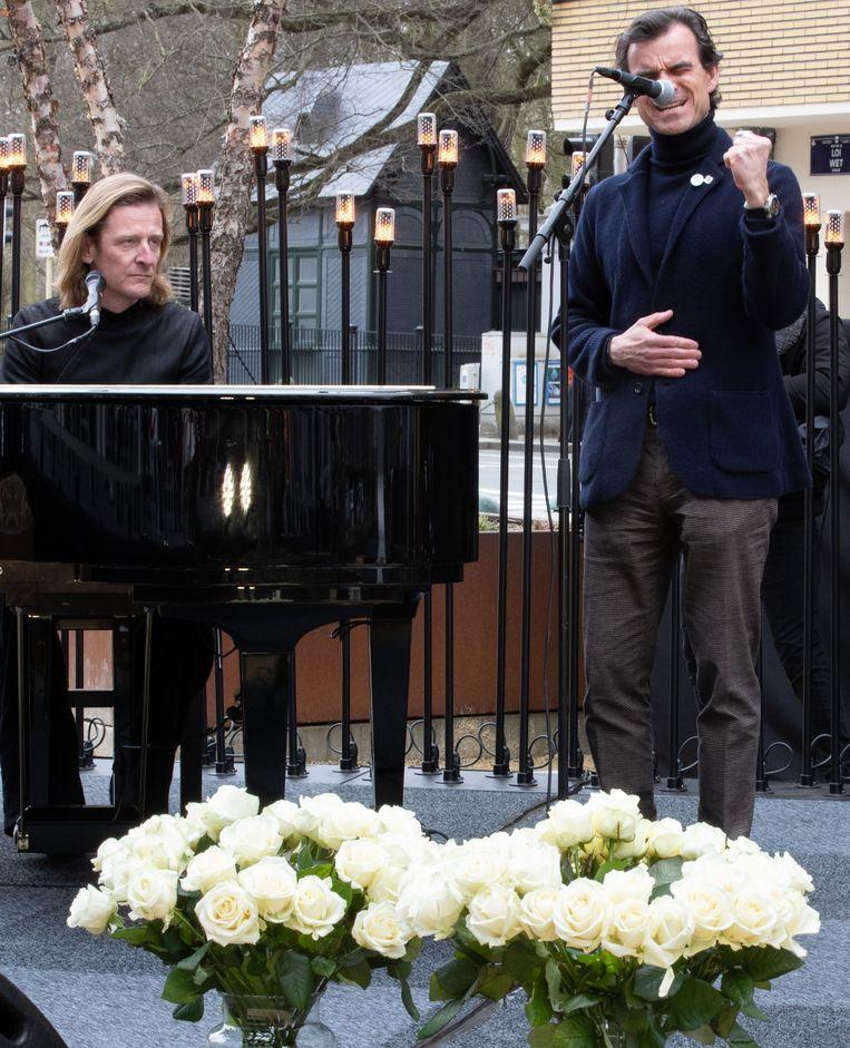 Aristide Melissas zingt onder pianobegeleiding van Ozark Henry. Beeld BELGA