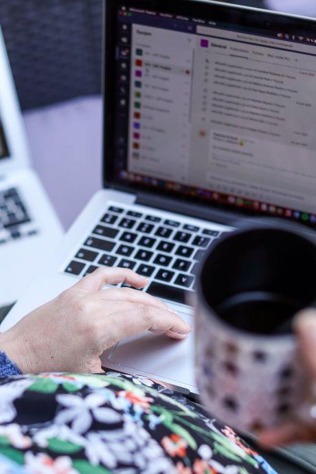 """Des logiciels """"espions"""" pour surveiller les travailleurs à domicile, une pratique en forte hausse"""