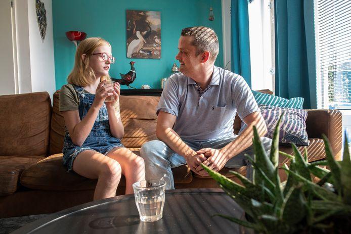 Leon IJnema uit Oosteind staat positief tegenover een prik, terwijl dochter Lente (12) besloten heeft er nu geen te nemen.