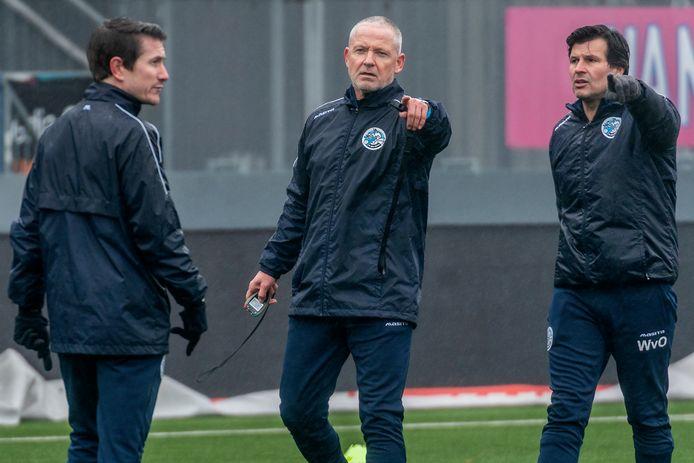 FC Den Bosch-trainer Jack de Gier (midden) met assistent-trainers Paul Verhaegh (links) en William van Overbeek (rechts).