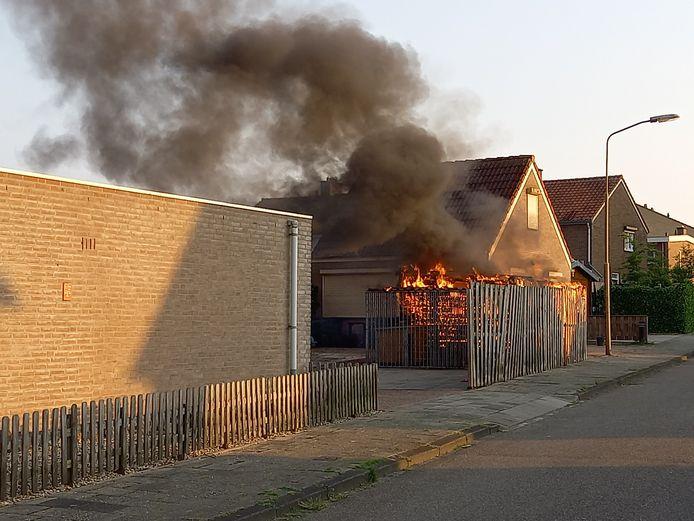 Het tuinhuisje staat in brand.