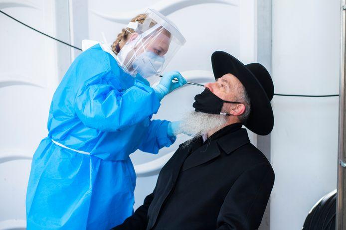 Een joodse man laat zich testen op COVID-19 in testdorp Spoor Oost.