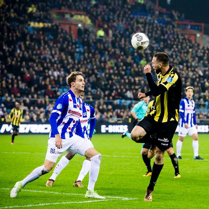 Vitesse-speler Tim Matavz in actie tegen SC Heerenveen.