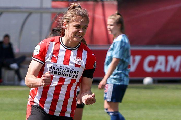 Joëlle Smits viert een goal tijdens PSV-Ajax.