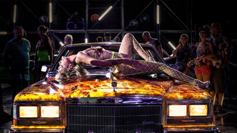 Alexia als danseres op een autoshow. Beeld