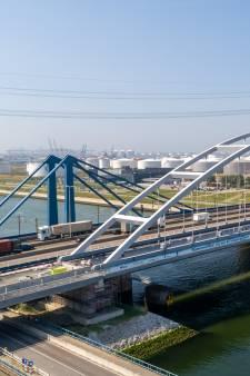 Voor het eerst in Nederland: brug wordt met lijm en bouten verstevigd
